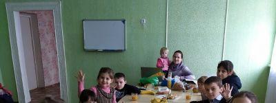 Воспитанники Воскресной школы в селе Плота начали репетиции рождественского спектакля с совместного чаепития