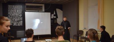 Время и Вечность обсудила со священником губкинская молодёжь
