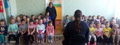 Клирик Свято-Никольского храма рассказал воспитанникам детского сада в Ракитном, что Богородица является нашей постоянной Заступницей