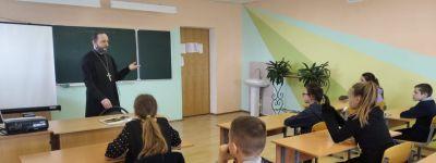 Настоятель храма святителя Николая Чудотворца объяснил школьникам в Николаевке смысл и значение праздника Благовещения