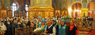 Прихожане Спасо-Преображенского кафедрального собора в Губкине Рождество Пресвятой Богородицы встретили цветами