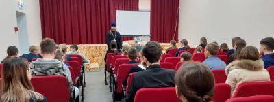 Настоятель Свято-Духовского храма предложил школьникам в Камызино обзавестись полезными привычками