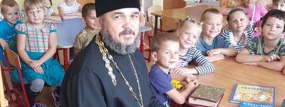 Батюшка рассказал о Евангелии воспитанникам детского сада из посёлка Пролетарский
