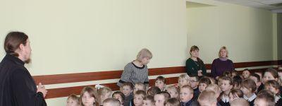 Настоятель Покровского храма рассказал детям в Иловке о празднике Сретенья