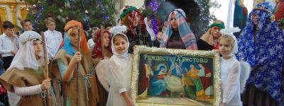 С двумя пышными красавицами-ёлками и рождественским вертепом отметили «Рождественскую ёлку» в Покровском храме в Бирюче