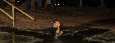 Свыше 300 взрослых и детей пришли к рождественской иордани в селе Замостье на Крещение