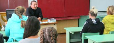 Крест Христов стал темой беседы священника со старшеклассниками из Ютановки