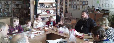 О вере и надежде поговорил с детьми настоятель храма Святой Троицы
