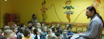 Клирик Свято-Никольского храма в Ракитном поговорил с дошкольниками о Крещении Господнем