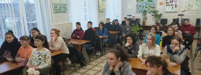 Священник храма Спаса Нерукотворного побеседовал о православной семье со студентками Ютановского техникума