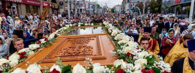 Белгородцы прошли Крестным ходом с нетленными мощами небесного покровителя Святого Белогорья