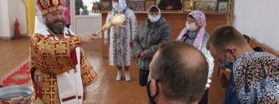 Епископ Губкинский навестил село Козинка, где совершил литургию и наградил священника