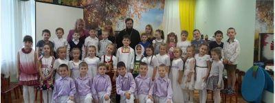 Воспитанники детского сада «Улыбка» на праздничном утреннике показали сценку «Обретение Казанской иконы Пресвятой Богородицы»