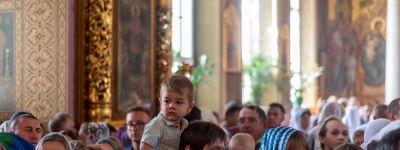 В белгородский Преображенский собор пришли сотни православных