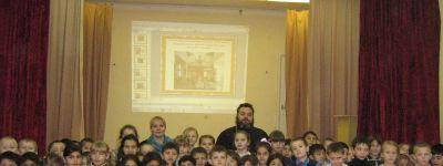 Настоятель храма Святой Троицы в Журавке провёл урок православной истории для первоклассников