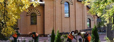 Прихожане высадили декоративные кустарники и деревья, разбили новые цветочные клумбы у храма иконы Божией Матери «Нечаянная Радость»