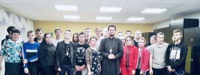 Настоятель храма Архангела Михаила напомнил губкинским студентам о потребности человека в покровительстве над ним Божественной Силы