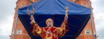 Митрополит Белгородский совершил литургию на площади перед храмом иконы Божией Матери «Всех скорбящих Радость» в Шебекино
