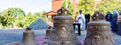 Колокола для нового храма освятили в Богородице-Тихвинском монастыре