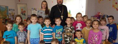 О празднике Воздвижения Креста Господня поговорил с воспитанниками детского сада батюшка из посёлка Пролетарский