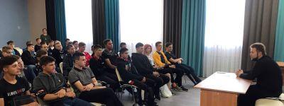 Настоятель Свято-Троицкого собора провёл встречу со студентами в Ровеньках