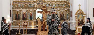 Епископ Валуйский совершил вечерню с чтением акафиста Божественным Страстям Христовым в кафедральном соборе епархии