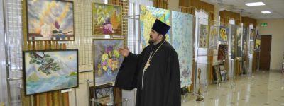 Благочинный 1-го Губкинского округа посетил выставку «Дыхание шёлка»
