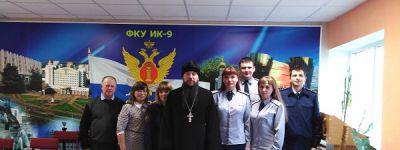 Священник и сотрудницы Белгородского художественного музея проведали заключённых в Валуйках