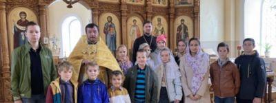 Воспитанники Воскресной школы в Томаровке поздравили батюшку с именимами
