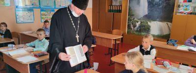 Настоятель Покровского храма рассказал третьеклассникам в Сетище о подвигах Александра Невского