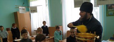 Прохоровский благочинный в праздник Богоявления окропил святой водой поликлинику, гимназию, дом ветеранов, детские дома и ФОК