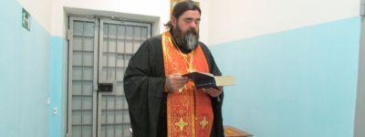 Яковлевский благочинный в День трезвости помолился в изоляторе временного содержания в Строителе