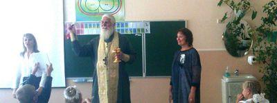 В старооскольской школе в честь Рождества Богородицы окропили святой водой классы