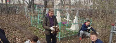 Молодежный актив 2-го Губкинского благочиния убрал могилки на городском кладбище