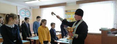Настоятель храма Покрова Пресвятой Богородицы навестил детский сад и школу в селе Сетище