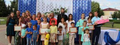 Настоятель призначенского храма Дмитрия Донского поздравил двух мам из Прохоровского благочиния с наградами «Материнская слава»