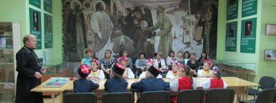 Встречу «Защитники Отечества» для ребят из казачьего клуба «Патриот» провёл в Центре «Русский мир» батюшка храма в Дмитриевке