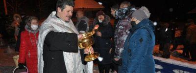В Бирюченском благочинии крещенские купания собрали людей у купели на окраине улицы Зарянской села Весёлое