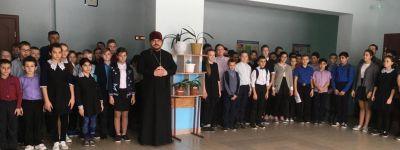 Настоятель храма Вознесения Господня каждого ученика Радьковской школы окропил святой водой
