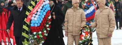 Епископ Валуйский на Крещение возложил цветы к монументу «Скорбящая мать» в честь освобождения Валуек
