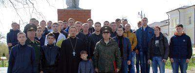 Батюшка из Ютановки благословил местных призывников иконой преподобного Сергия Радонежского и окропил святой водой