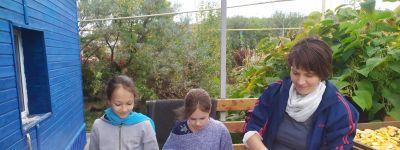 Воскресная школа белгородского Смоленского собора поблагодарила семьи Ковалевых и Недялковых за помощь в уборке урожая