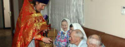 Настоятель Покровского храма вместе с прихожанами навестил стариков в Иловском доме-интернате