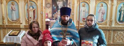 Грамоты и книги «Новый Завет» вручил детям-победителям православного творческого конкурса вейделевский благочинный