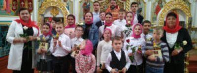 Праздник святых Жён-мироносиц с вручением роз прихожанкам прошёл в Успенском храме в Волоконовке