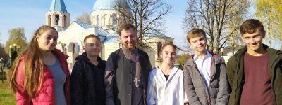 Ребята из Детского православного досугового центра в Губкине исполнили духовные песни для пожилых прихожанок храма святого апостола Иакова