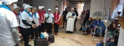 Юные и пожилые волонтёры поздравили с праздником ветеранов в «Красненском доме милосердия» во имя блаженной Ксении Петербургской