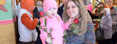 Розы в подарок получили все женщины, пришедшие в день жён-мироносиц в Александро-Невский храм Старого Оскола