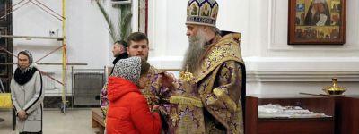 Всенощное бдение с выносом Креста Господня состоялось в Свято-Николаевском кафедральном соборе города Валуйки