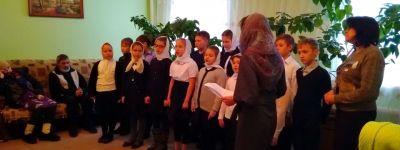Воспитанники воскресной школы «Покров» из Бирюча посетили одиноких бабушек и дедушек в Никитовке